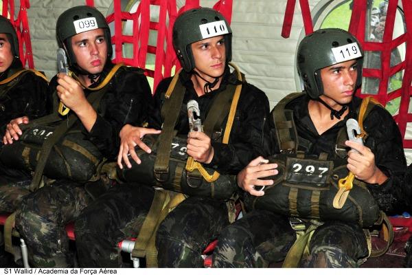 Cadetes se preparam para o salvo  Sgt Wallid/AFA