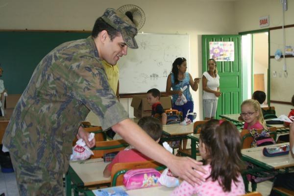 Mais de 100 mil bombons foram entregues a diversas instituições de caridade e escolas