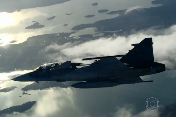 O repórter da TV Globo ressaltou a participação de profissionais brasileiros no desenvolvimento da aeronave
