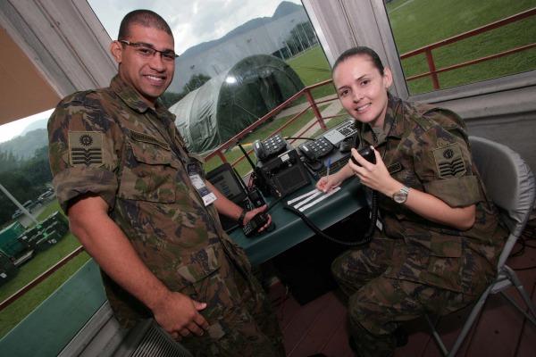 Casados há sete anos, sargentos da FAB coordenam o tráfego de até 40 helicópteros por dia