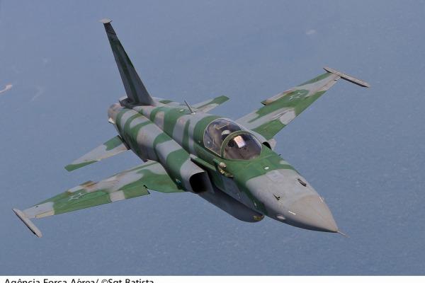 O Brasil conta com esquadrões equipados com caças F-5, A-1 e A-29