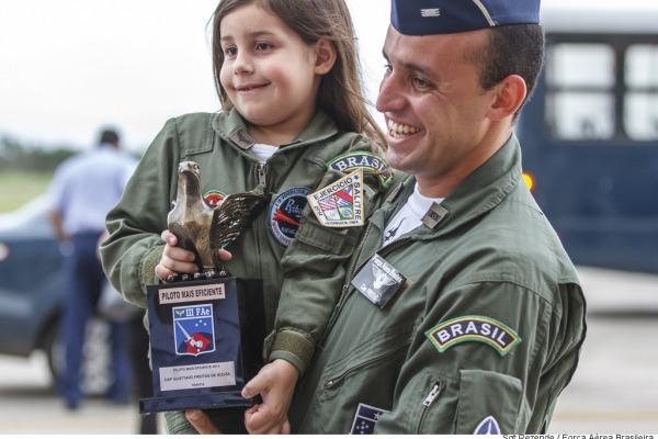 A cerimônia reuniu os atuais pilotos de caça, veteranos de guerra e seus familiares