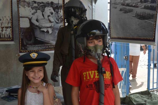 Crianças na exposição da BANT  S2 Lopes
