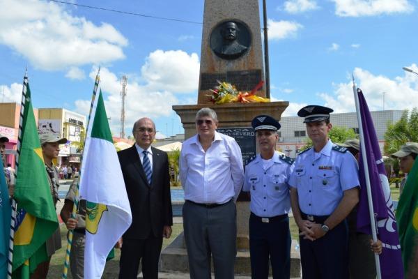 Autoridades sob busto de Augusto Severo  2T Juliana Lopes