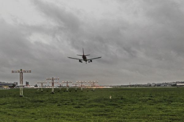 Militares estão capacitados a desenvolver procedimentos que facilitam a descida de aeronaves em condições de mau tempo