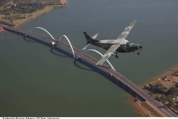 C-98 Caravan sobre a ponte JK, em Brasília  Sgt Johnson Barros / Agência Força Aérea