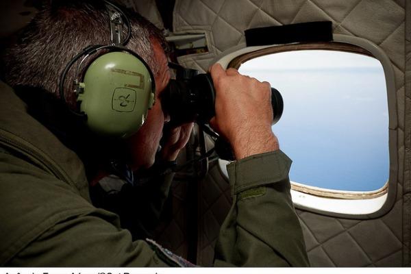 Os esquadrões são preparados para realizar missões de busca no oceano