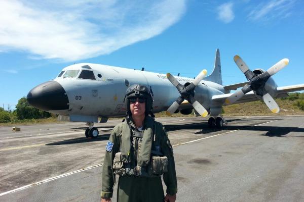 As aeronaves P-3AM da Força Aérea Brasileira têm militares preparados para localizar submarinos entre os sons do fundo do mar