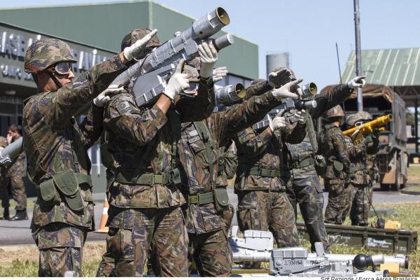 Em cenário simulado, equipes treinam emprego de mísseis, radares e ações de comando e controle