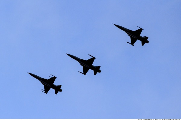 São aprimorados o uso de dados de radares de guerra eletrônica e as táticas de ataque e fuga