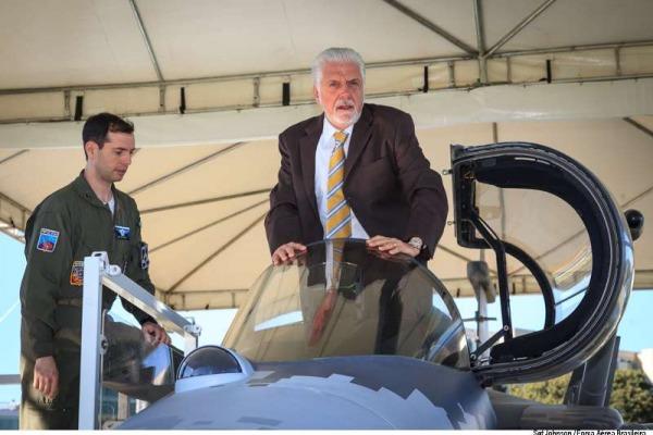 Jaques Wagner abriu oficialmente a exposição da aeronave em Brasília