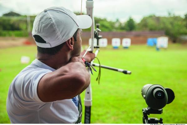 Os militares treinam cerca de seis horas todos os dias e vão participar de competições internacionais