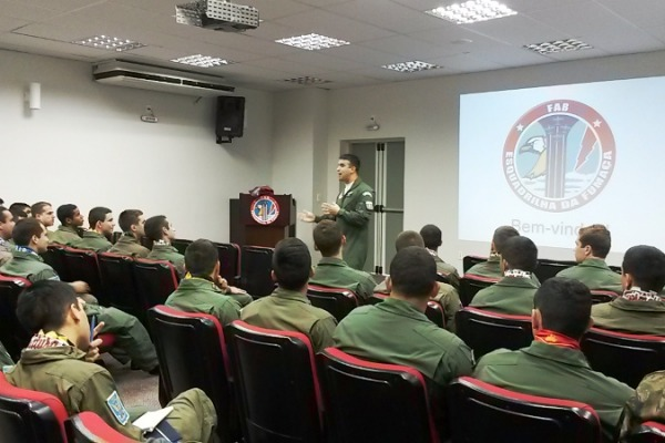 Cadetes Aviadores do 3º ano da AFA no estágio  Ten Cocate
