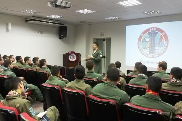 Os alunos estão conhecendo as atividades cotidianas do Esquadrão