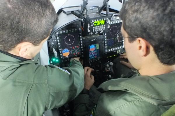 O estudante recebe orientações sobre o painel do caça  2S Fischer/ Esquadrão Pampa
