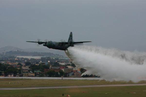 A aeronave C-130 Hércules tem capacidade de lançar até 12 mil litros de água