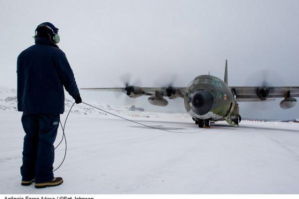 Equipes da FAB, a bordo de cargueiros C-130 Hércules, levam suprimentos e realizam transporte de pessoas para o Programa Antártico Brasileiro