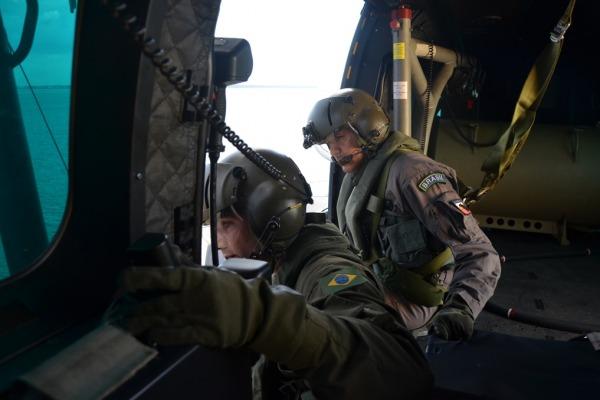 Tripulantes da FAB e EB balizando helicóptero  Ten Takeo