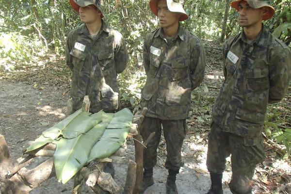 Os futuros oficiais participaram da simulação de uma queda de aeronave em ambiente de selva