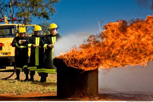 O militar é responsável pela prevenção, salvamento e combate a incêndio em aeródromos