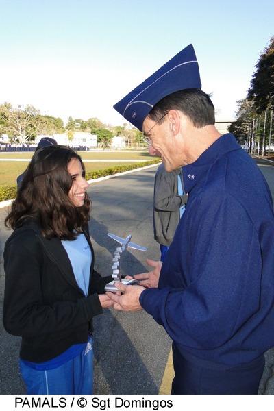 1º Colocada recebendo homenage do Brig Ar Carlos E  Sgt Domingos