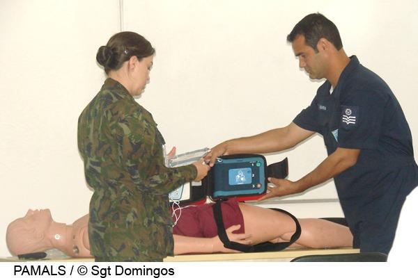 Capitão Cristhiane demonstra uso do desfibrilador  Sgt Domingos