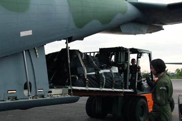 Função tradicionalmente executada por homens envolve gerenciamento de até sete toneladas de carga do C-105 Amazonas