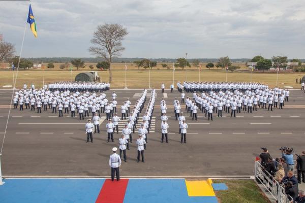 Cadetes formam o sabre alado  Cabo Vinícius Santos / Agência Força Aérea