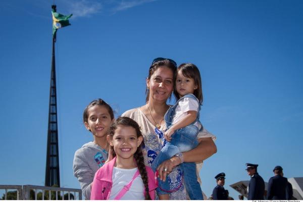 Alessandra e seus filhos durante a cerimônia  Sargento Johnson Barros / Agência Força Aérea