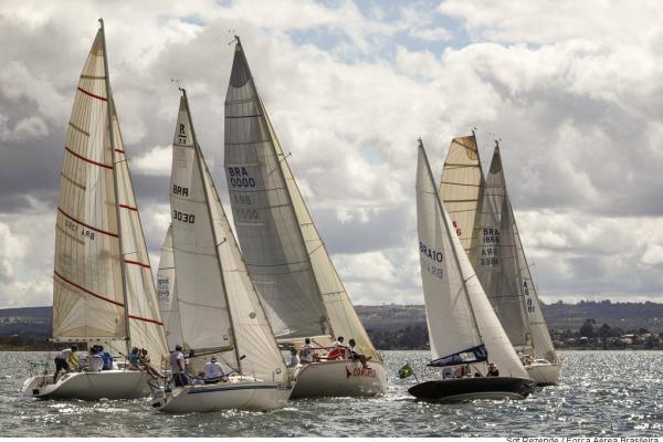 Evento realizado pelo Clube da Aeronáutica de Brasília reúne 25 veleiros e mais de 100 competidores no Lago Paranoá