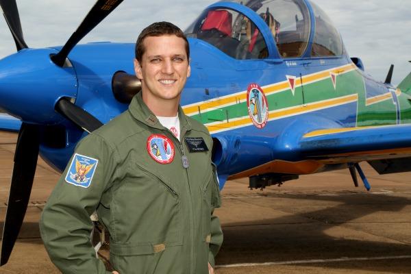 Tenente Novaes cuida da saúde dos integrantes do Esquadrão de Demonstração Aérea (EDA) do País