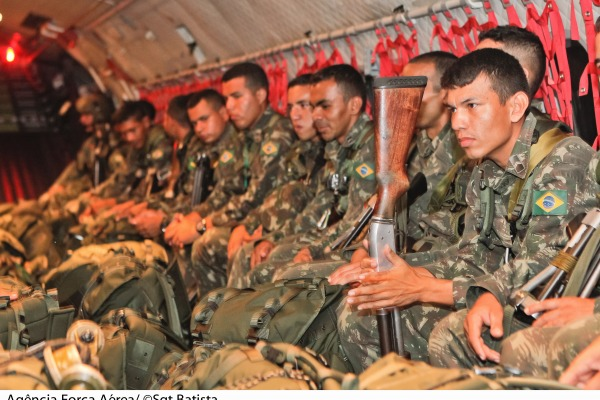 Militares do Exército a bordo de aeronave da FAB  Sgt Bruno Batista / Agência Força Aérea