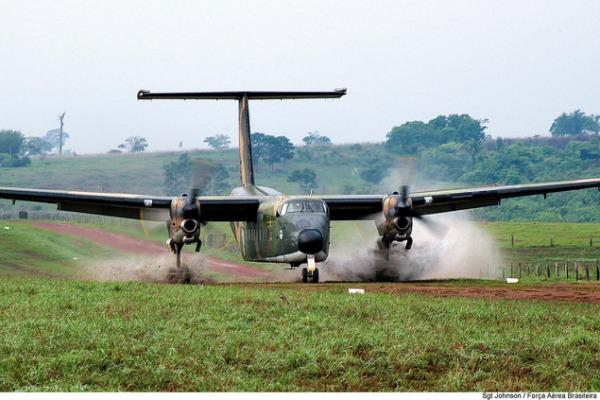 C-115 Búfalo pousa em pista não preparada  Acervo histórico do CECOMSAER