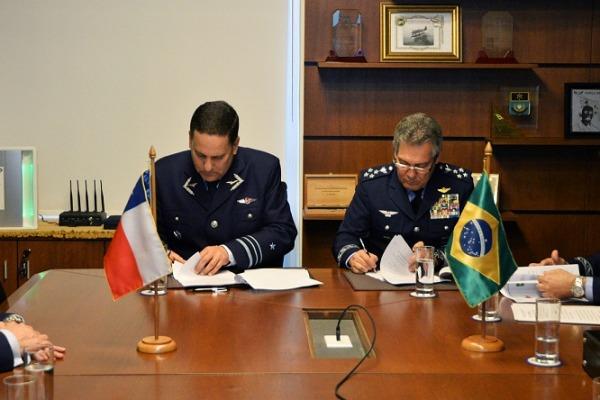 Assinatura da ata da reunião entre FAB e FACH