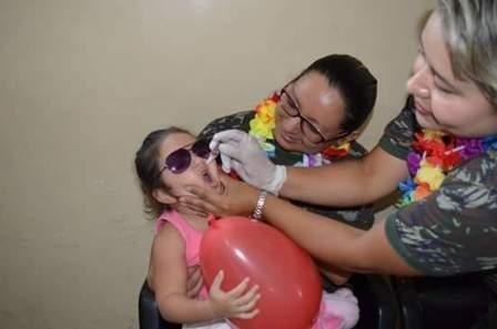 Criança sendo vacinada  SCS HABE