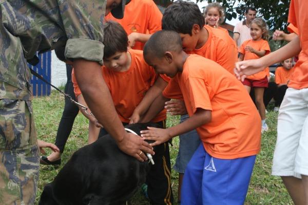 Crianças conhecem os cachorros do canil da Base  S1 Filho