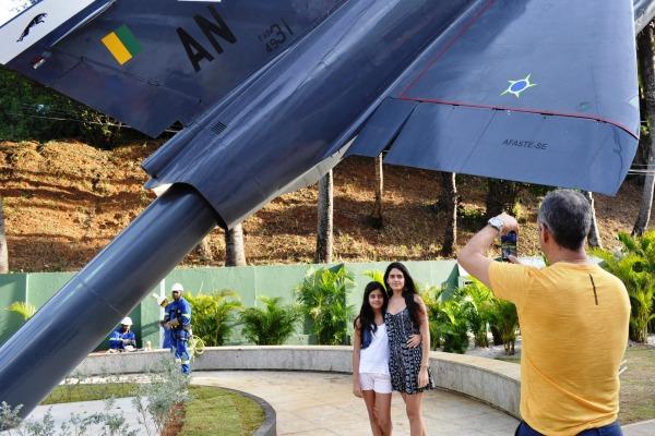 Sr. Mauro Souza, turista, e a família  3º Sgt Mateus Alves