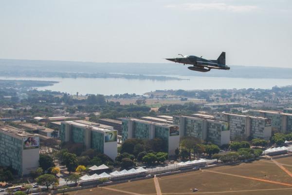 Caças F-5 e A-1, o reabastecedor KC-130 e a Esquadrilha da Fumaça participam da cerimônia