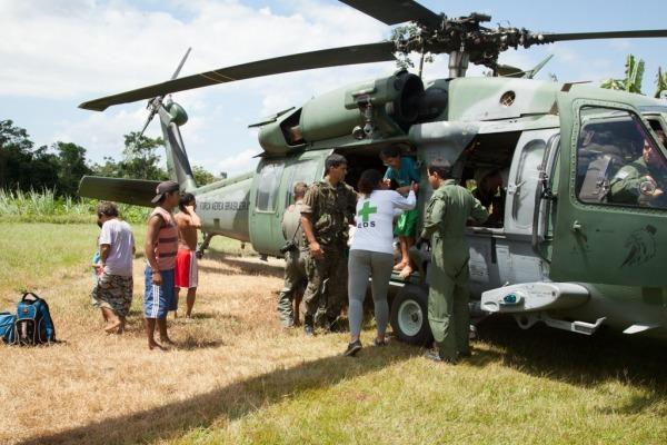 Aeronaves realizaram uma ponte área para levar os índios até o hospital instalado em meio a floresta