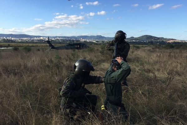 Homens de resgate autenticando os evasores  1T Av Salum