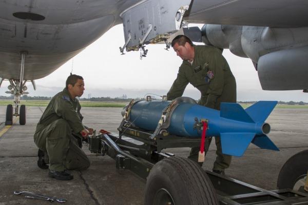 Militares armam o P-3AM   Cb V. Santos