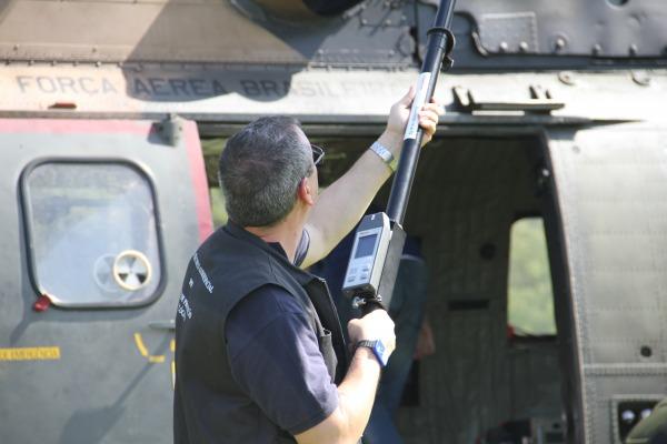 Profissionais do IEAV realizam o monitoramento do nível de contaminação da aeron  Sargento Rocha/ III COMAR
