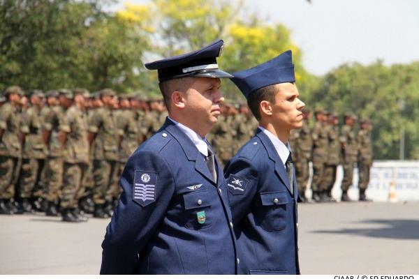 Centro dedicado a formar oficiais homenageia colaboradores e entrega medalhas por tempo de serviço