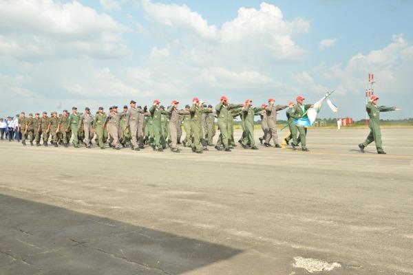 Desfile do esquadrão na cerimônia militar  Esquadrão Netuno