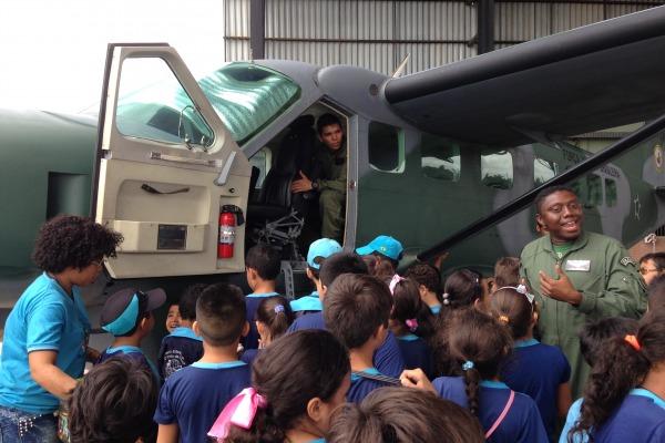 Crianças assistiram à palestra, visitaram os aviões e conheceram o trabalho dos militares