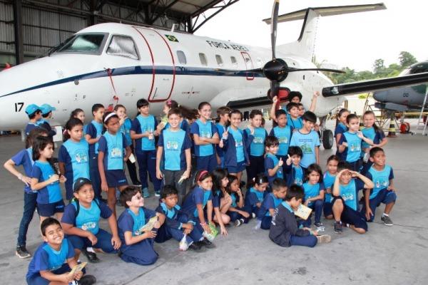 Alunos conhecem a aeronave C 97 Brasilia