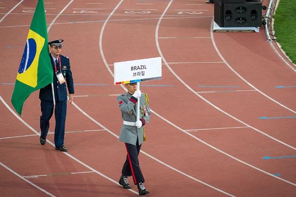 Delegação brasileira desfilou com 200 atletas do Programa Atletas de Alto Rendimento (PAAR)