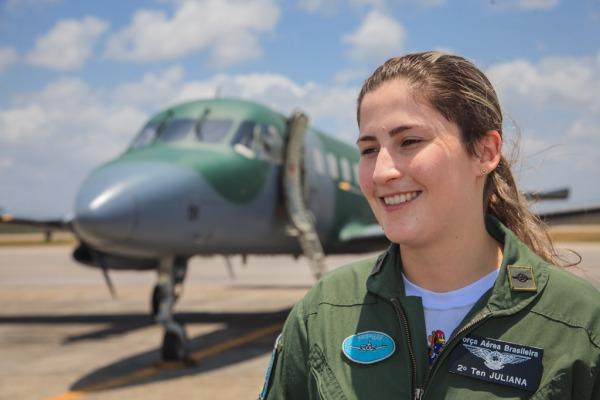 Oficiais recebem instruções na aeronave C-95M Bandeirante