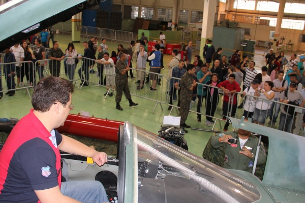 Visitantes conhecem aeronave F-5  IV COMAR