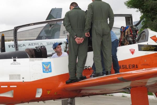 Carlos Eduardo a bordo do T-27 da FAB  IV COMAR